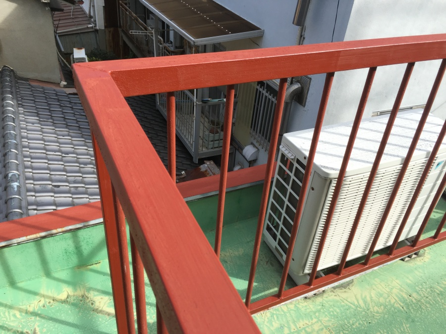 屋上鉄柵に錆止め塗装をする