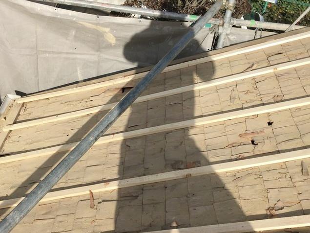 既存のトントン葺きの上から胴縁を設置