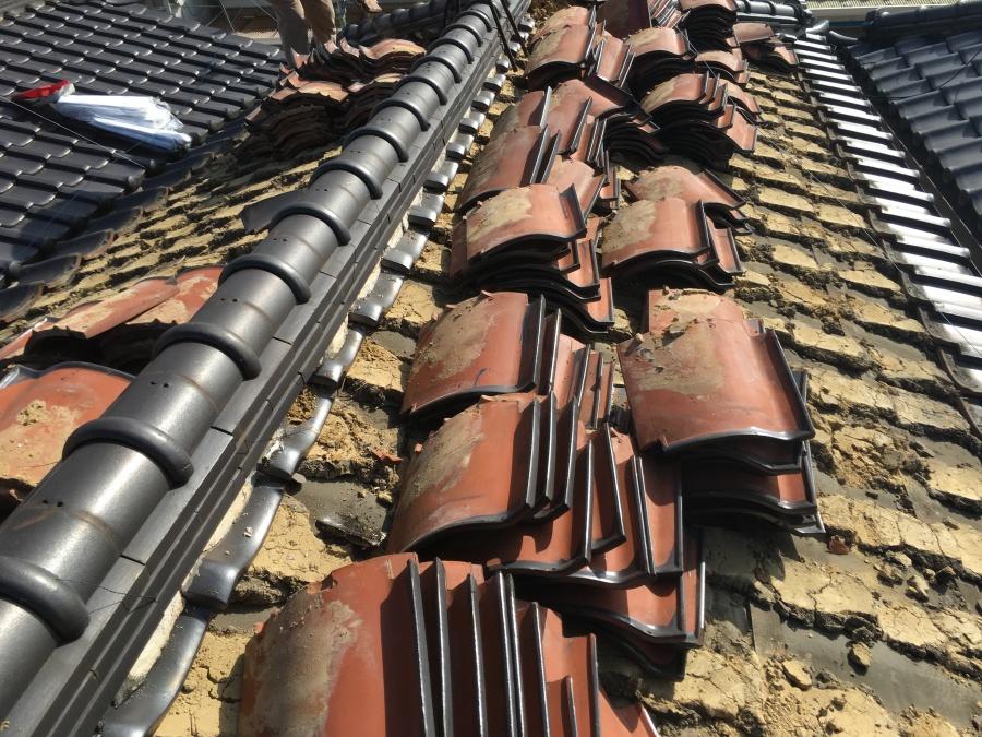 屋根葺き替え工事の最初の工程である既存屋根の解体