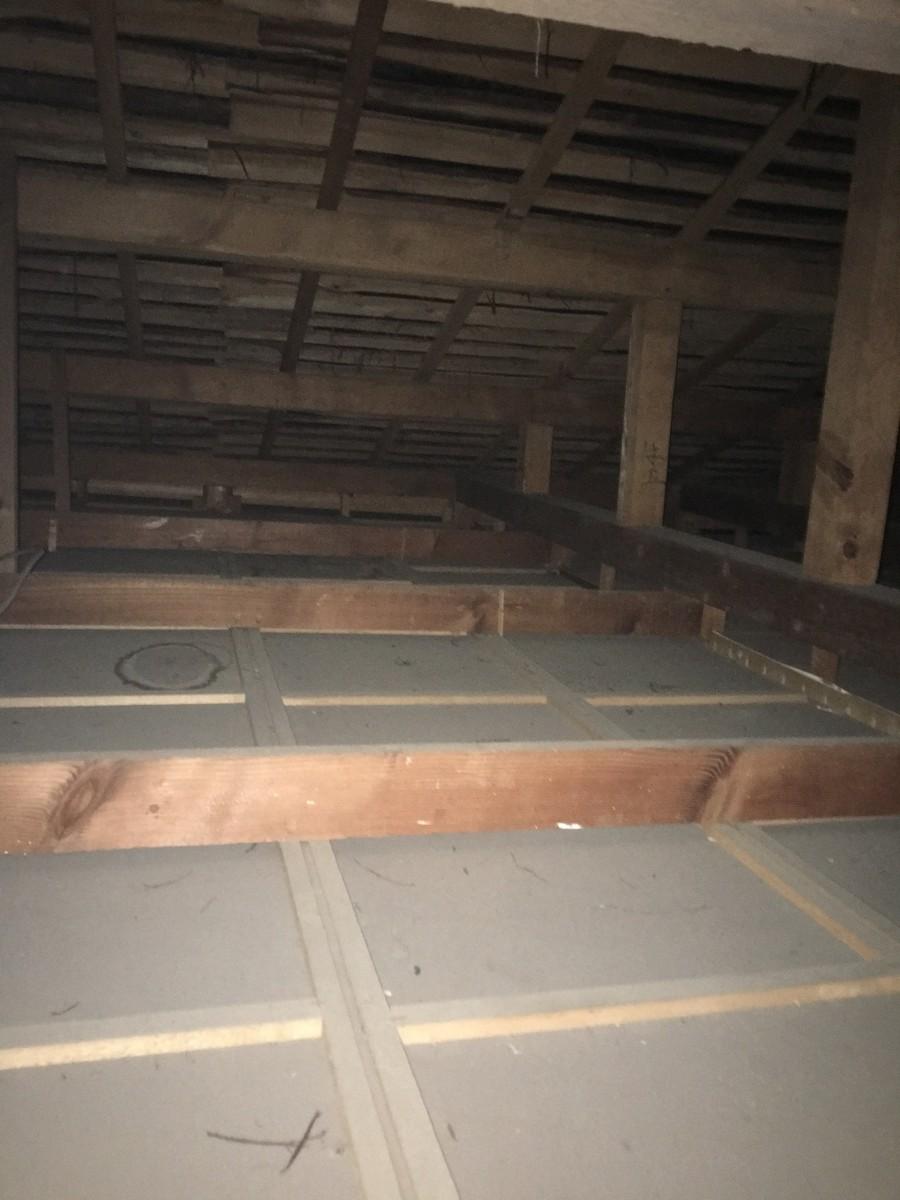 屋根裏雨染み
