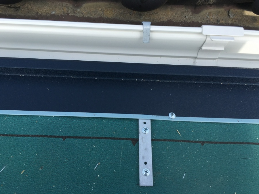 軒先に設置した雨樋金具と水切り板金
