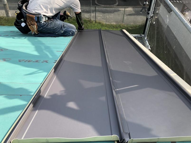 ガルバリウム鋼板立平を施工中