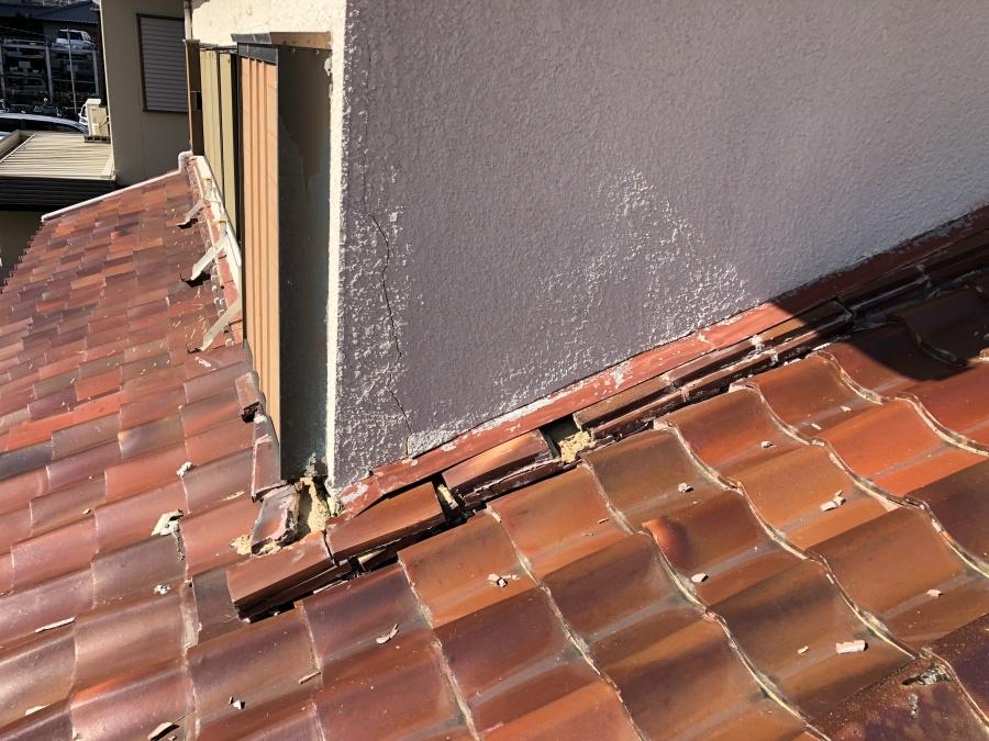 台風で崩壊した屋根と壁の取り合い部分