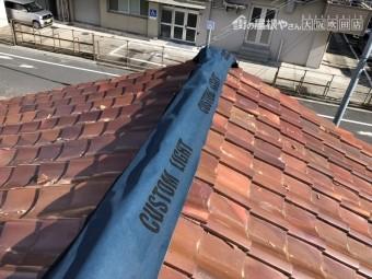 台風で倒壊した棟を防水シートでカバー