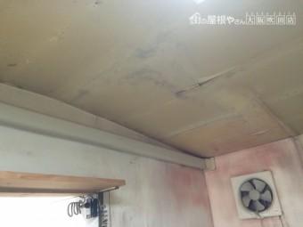 天井外壁に雨漏りによる雨染みあと