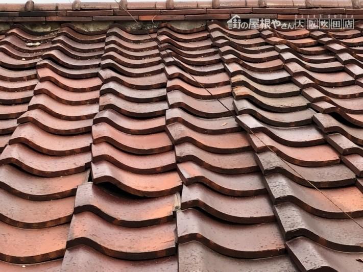 地震で瓦屋根にゆがみ