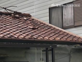 地震で瓦屋根にゆがみと落下