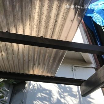 ポリカーボネート屋根が台風で外れ