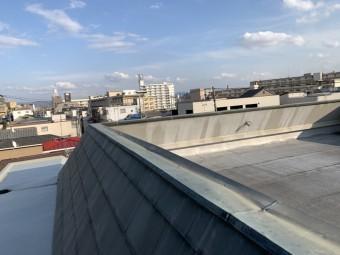 劣化の見られる屋上金属板