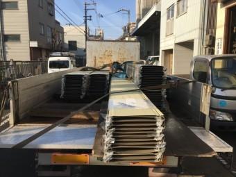 トラックに積まれた立平鋼板