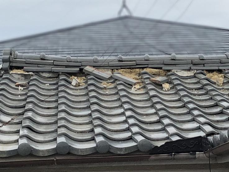 雨漏りを起こしている瓦屋根の被害状況