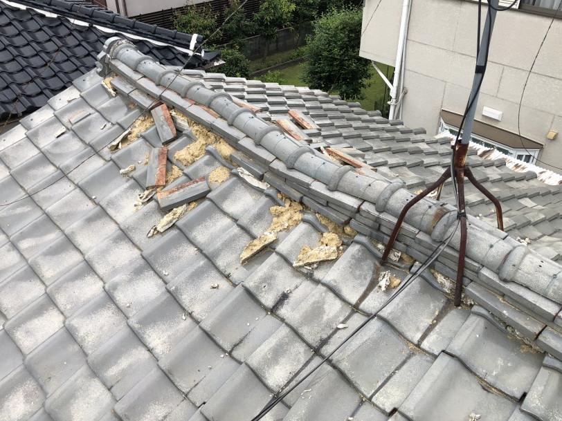 崩れた瓦屋根