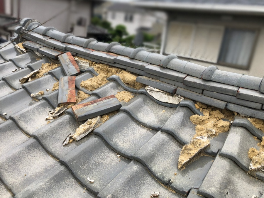 屋根工事前の崩れた棟瓦