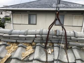 地震の揺れで歪んだ瓦