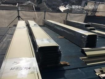 屋根に運ばれた立平鋼板