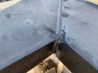 劣化し亀裂の入った金属製の笠木板金
