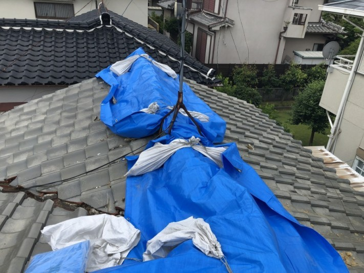 崩れた瓦屋根をブルーシートで応急処置