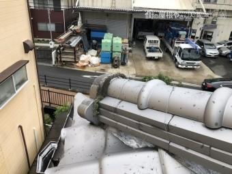 地震の揺れの被害を受けた瓦屋根