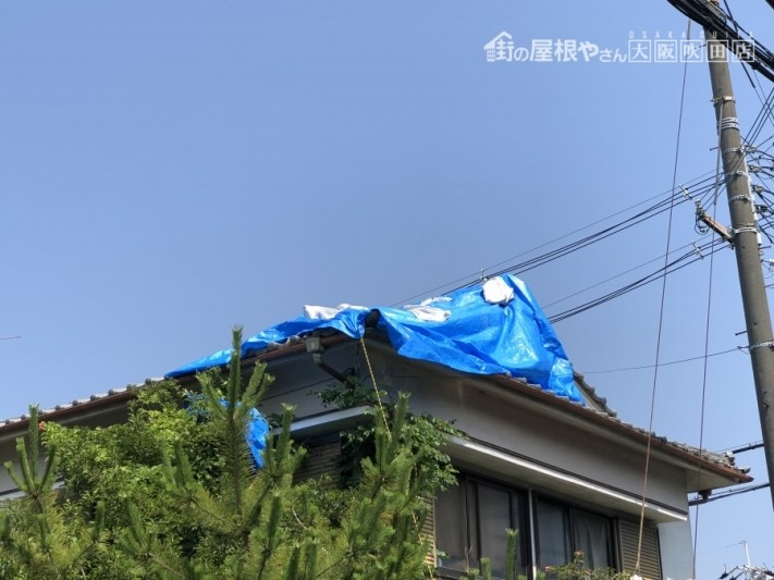 震災後ずれた瓦屋根を補修保護するためのブルーシートで処置