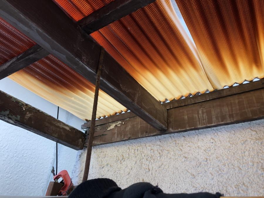 劣化し破れたベランダポリカ製屋根