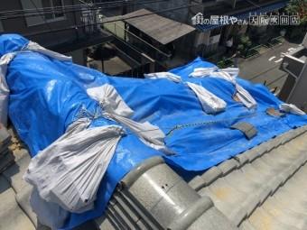 震災後の瓦のズレをブルーシートでカバー