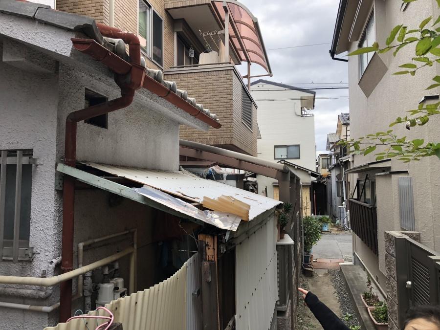 1階軒先の劣化したポリカ屋根