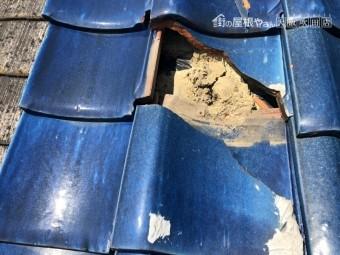割れた瓦の下の痩せた土