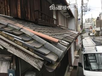 瓦が破損し中の土が流出し、歪みやズレが生じている屋根
