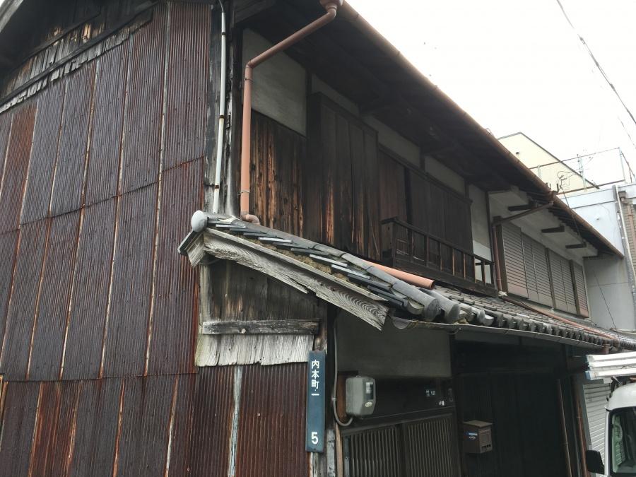 瓦の下の土が流れ出し歪みが生じている屋根。一部破損で落下の恐れがあり