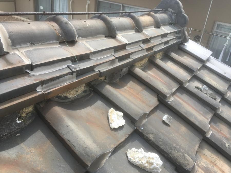 歪みや破損や漆喰剥がれが見られる瓦屋根
