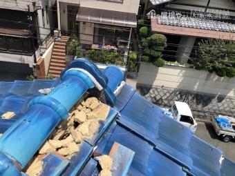 地震の揺れで崩れた大棟の瓦