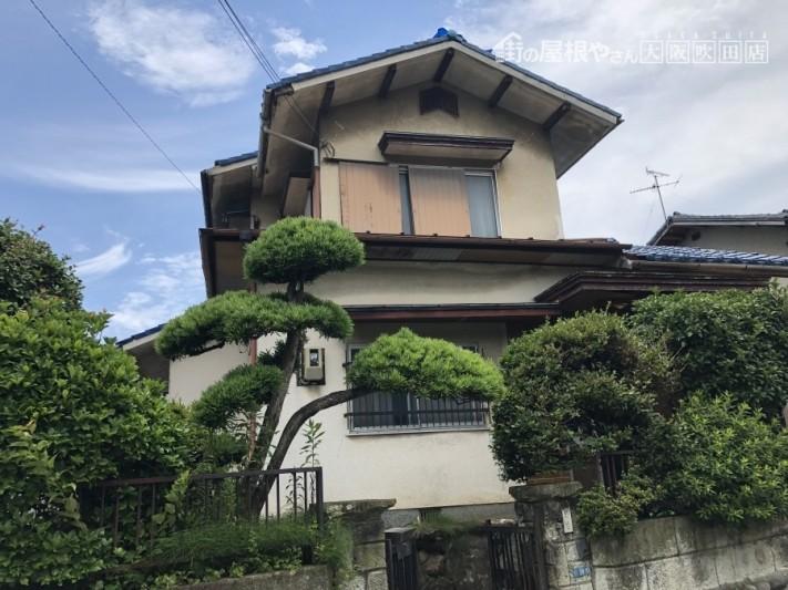 地震後の瓦屋根の和風建築外観