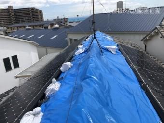 震災後棟の歪みをブルーシートで応急処置カバー