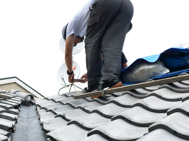 雨漏り修理中の屋根職人
