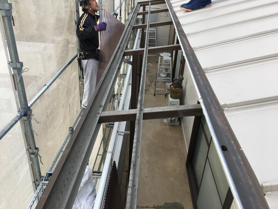 大阪市淀川区 古い塩ビ波板を外してポリカ波板を設置