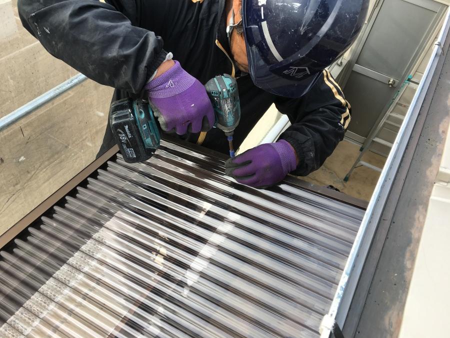 淀川区 ベランダの波板屋根を固定している様子