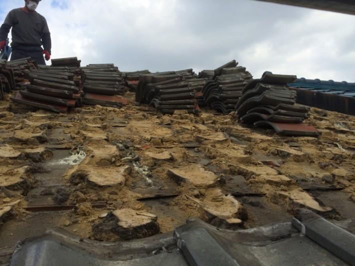 瓦屋根を葺き替えるため既存の屋根材を解体中
