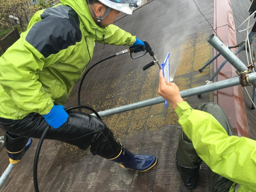 屋根や外壁の再塗装前にコケや汚れなどを掃除する高圧洗浄機で洗浄する職人