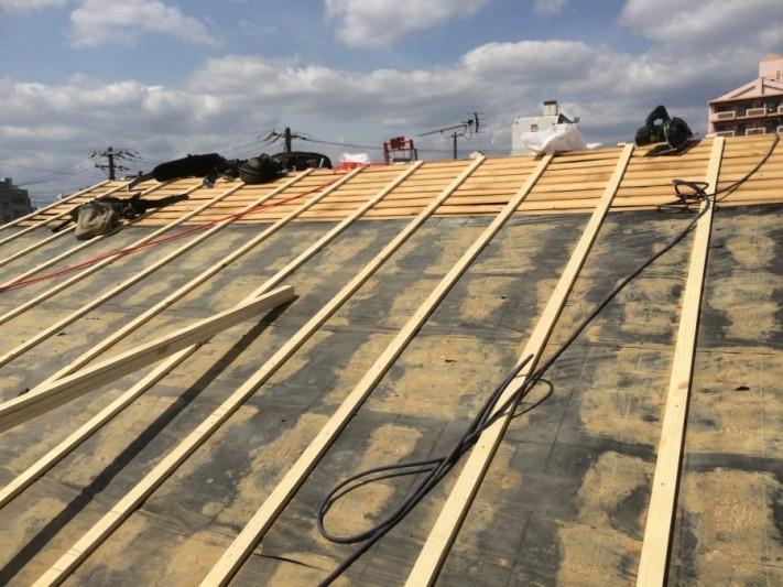 葺き替え工事のため屋根下地を垂木で調整中
