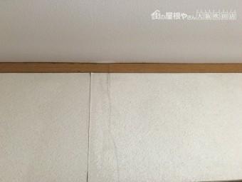 天井から伝った雨水が壁紙にも伝い剥がれやふくれを起こしている様子