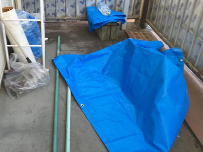ブルーシートで雨漏り箇所を養生中