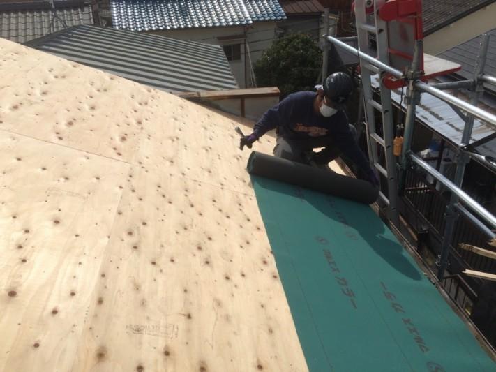 屋根下地にルーフィングを張っているところ