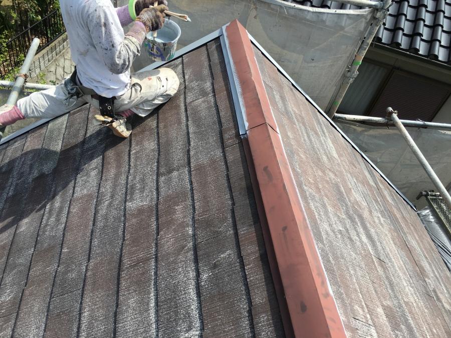 板金部の錆止め塗装をする職人
