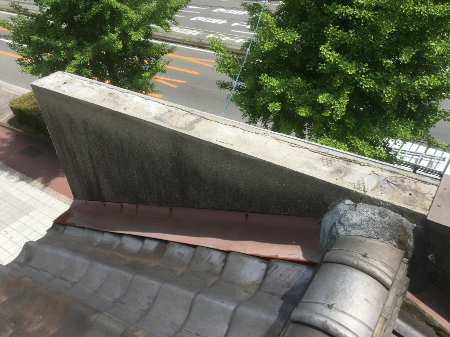 劣化したパラペット笠木部分