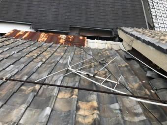 地震の揺れで落下しかけているアンテナ