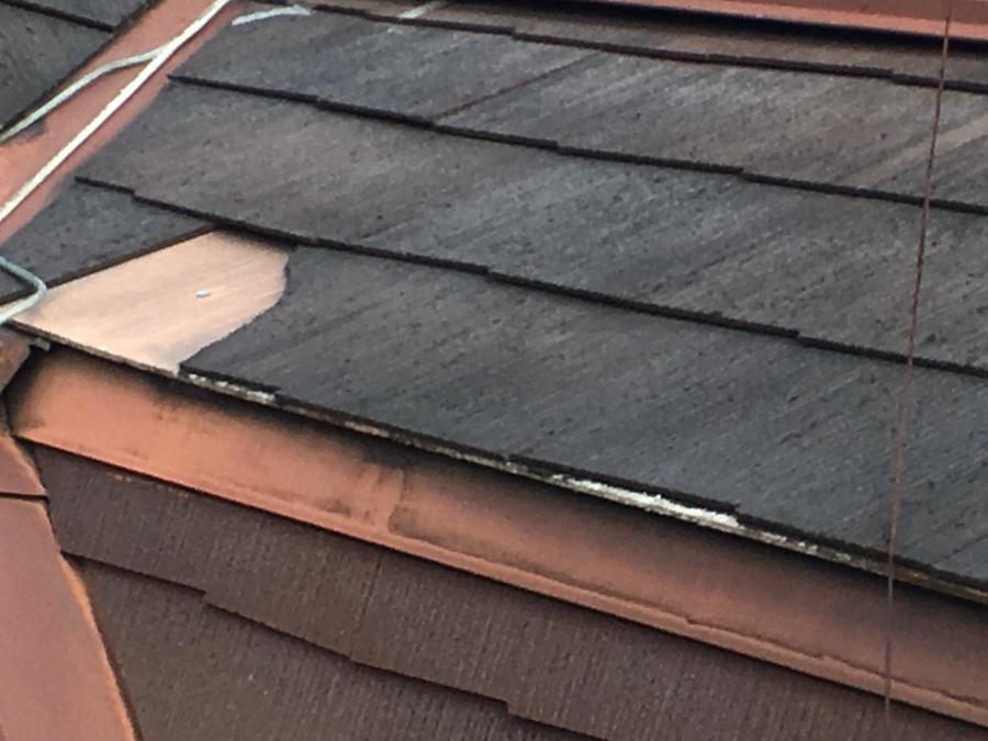 スレート屋根が一部剥がれている様子