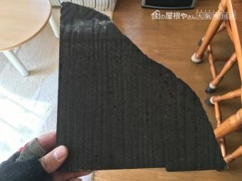 劣化による欠けて剥がれ落ちたスレート屋根のかけら