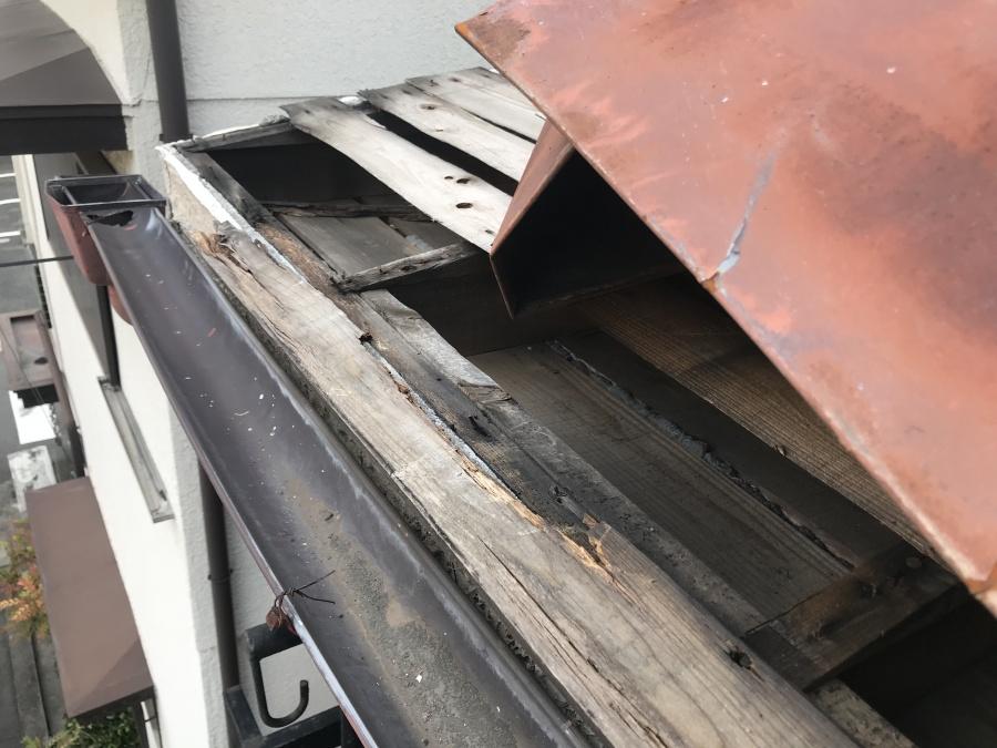 劣化し朽ちた屋根木材