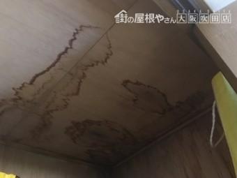 天井押入れの雨漏りシミあと