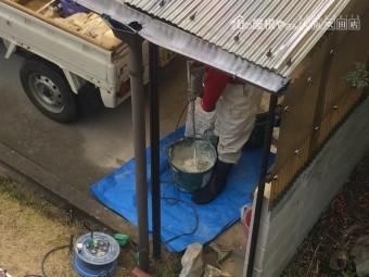 漆喰を撹拌する職人